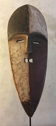 Héritages des Arts Premiers - Masque Nzebi/Adouma/Gabon - Bois et pigments - 50cm (54cm sur socle)