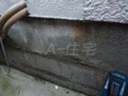 基礎の不具合 内部の鉄筋の錆汁が目視で確認できます。住宅の構造が劣化している事が予想されます。
