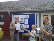 Verena Söhle begrüßt das        100. Mitglied des Fördervereins