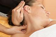 Osteopathie hilft gegen Kopf- und Nackenschmerzen.
