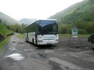 Le Bus TER venant d'Oloron sur le parking de la Gare d'Urdos