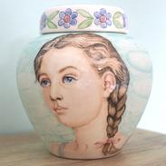 Phebe-portret-urnen-Bijzondere-urnen-voor-kind-bijzondere-urn-met-portret-originele-urnen-handbeschilderde-urnen-kind-urn-kind-hand-beschilderde-urnen-unieke-kinder-urnen-voor-thuis-unieke-kinderurnen-keramiek-keramische-urnen-keramiek-urn-kinderen