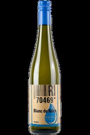 Flasche vom Blanc de Noir Wein in den Stuttgarter Weinbergen