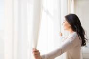 mueden.de, Preisliste, Gardinenreinigung, Bild zeigt Frau vor weißen Gardinen