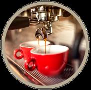 Stylische Kaffeemaschine mit roten Tassen