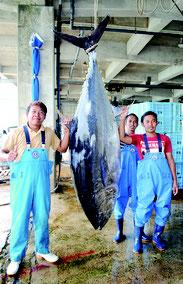 大物マグロを釣り上げた「第一あずさ丸」の乗組員たち=10日午後、八重山漁協