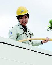 高所作業車で作業する具志堅勇介さん=石垣市伊原間