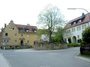 """Das """"Rathaus"""" (links) und das ehemalige Gasthaus Angerer (links) an der Steinachstraße"""