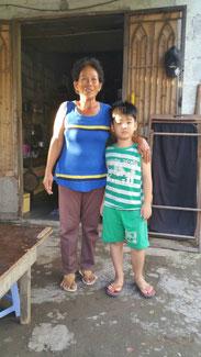 Phạm Thanh Tâm und seine Großmutter