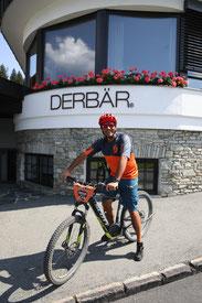 Christian Windisch begleitet die Hotelgäste wöchentlich auf geführte E-Bike-Touren  © Hotel DER BÄR / www.peterrigaud.com