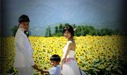 山梨県北杜市明野ひまわり畑でファミリーフォトウェディングを楽しむ親子