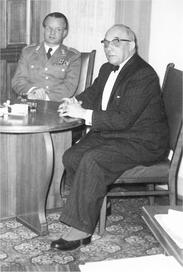Major Krieg im Gespräch mit Bürgermeister Trautmann.