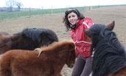 Claire entourée des poneys
