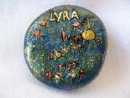 Der Knopf mit dem Sternbild Lyra