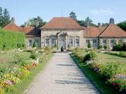 Das Alte Schloss, von Georg Wilhelm 1718 errichtet, wurde durch die Markgräfin Wilhelmine um zwei Seitenflügel erweitert.