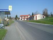 Die Straße Ochsenhut am Ortseingang von St Johannis. Rechts das Gebäude der Feuerwehr-Bayreuth Ost (für St, Johannis, Eremitenhof, Colmdorf)