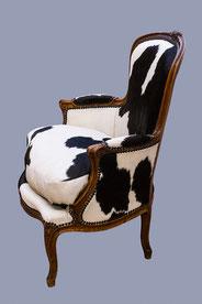 fauteuil bergère tapissée d'une vraie peau de vache - vue de profil