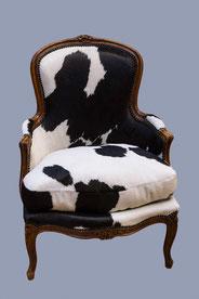 fauteuil bergère tapissée d'une vraie peau de vache - vue de face