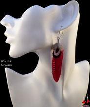 Boucles d'oreilles plumes bordeaux, noires, et blanches avec strass