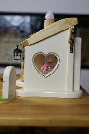 お家の中の可愛い骨壺が見れます。置く場所にもよりますが、お家の中にも光が差し込み明るくなります。