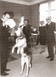 Das Bild zeigt Artur Talmon-Groß mit seinem  Bleck  beim damaligen Oberbürgermeister der Stadt Pforzheim, Herrn Dr. Brandenburg