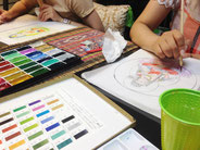 写仏に色を塗る