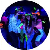 Fiesta Neón nuestro dj equipado con luz negra resalta  los colores fluorescentes
