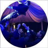 En novio a las alturas durante una celebración de Boda