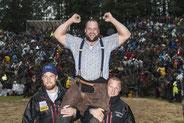 dufte mich auf den Schulter von Matthias Aeschbacher und Michael Moser als Sieger feiern lassen