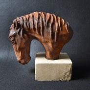 Pferdekopf, Gips auf Stein, Alexandra Kapogianni-Beth, www.bildhauerwerke-ak.de