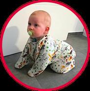 Krabbelndes Baby mit Schnuller