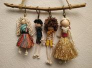4 poupées sur support bois réalisées avec des chutes de corde macramé