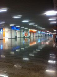 El aeropuerto solo.