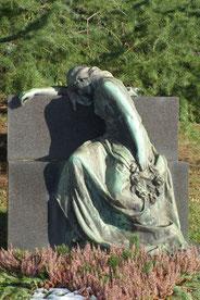 Trauernde Frau, Friedhof Dudweiler, Bronzeguss