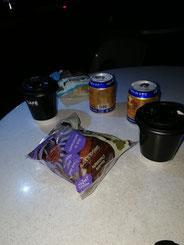 Redbull, Kaffee und Schokokuchen waren unser Frühstück morgens um 7:00 Uhr in Singapur