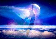 une silhouette debout s'étire sur un fond bleu au dessus des nuages calmes, avec la terre au loin