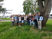 Schülerinnen und Schüler vor dem Museum, rechts Lehrer Guido Rotter