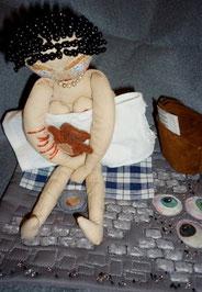 Textile Figur, genäht sitzend auf mini quilt von juttakohlbeck.de / Augenblick der Hoffnungslosigkeit