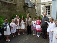 Dans le jardin du presbytère, les 21 enfants se préparent pour vivre leur 1ère eucharistie.