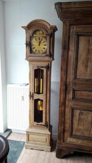 Auf dem Bild sieht man eine alte Standuhr aus Holz, die von Nouvelle-Antique aus Aachen verkauft wird.