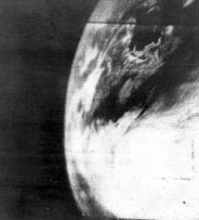 Première image de la terre prise d'un satellite le 1 avril 1960