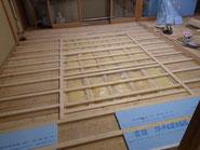 畳を剥がして、床に断熱材があるのを確認し、下地を作っていきます