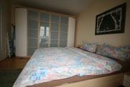 Bild: Das Schlafzimmer mit Kleiderschrank in der Ferienwohnung im Strandpalais Duhnen