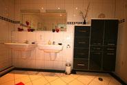 Bild: Zwei Waschtische in der Ferienwohnung Nr. 13 im Strandpalais Duhnen