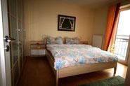 Bild: Das moderne Schlafzimmer in der Ferienwohnung Nr. 13