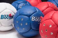 Boules de boccia sonores de compétition. Ensemble de 13 boules avec 6 rouges, 6 bleues et 1 blanche sonore. Circonférence 270 mm et poids 275 grammes pour des parties de boccia officiel. Balles de boccia sonores avec le bruit d'une cloche qui émet un son.