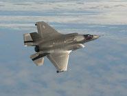 """F-35 prove di """"Dogfight"""" per la futura integrazione con gli F-22 Raptor dell'USAF."""
