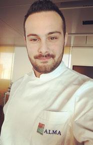 """Bistocchi Jacopo,  Chef de partie  """"La Madonnina del pescatore""""  due stelle  Michelin Senigallia (AN)  Addetto alla preparazione di antipasti  - Diplomato a.s. 2011/12"""