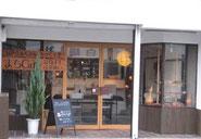 カフェの外観はセルフビルドで改修