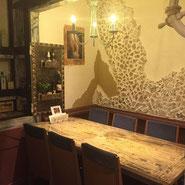 写真:地中海をイメージした人気の6人掛けテーブル席です。